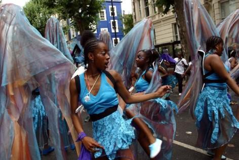 la cultura de la fiesta entra de lleno en la cultura popular y abre un gran campo para la cooperación y el intercambio entre artistas contemporáneos y artesanos. En la foto el grupo de carnaval de Notting Hill South Connections Band de Londres que en 2002 realizó un proyecto de colaboración con un grupo vecinal de carnaval del Raval.