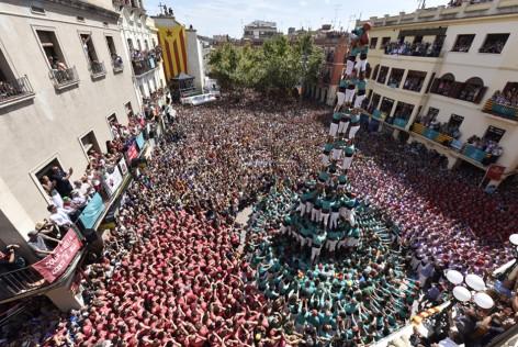 Los Castellers de Vilafranca levantan sus torres humanas a partir de la participación y el esfuerzode cientos de voluntarios. Para ellos la experiencia de ser y vivir Casteller se antepone a otros valores que se puedan generar en la ciudad donde actúan.